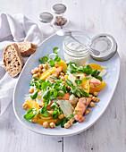 Feldsalat mit Lachs, Kichererbsen und Orangen