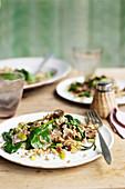 Warmer Getreidesalat mit Speck, Lauch und Spinat