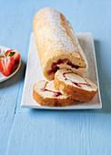 Arctic Roll (Biskuitroulade mit Vanilleeisfüllung und Erdbeermarmelade, England)