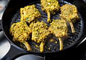 Lammkoteletts mit Kräuter-Gewürzmarinade in Grillpfanne (Indien)