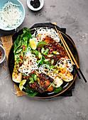 Rinderrippchen auf Koreanisch mit Pak Choi und Reisnudeln