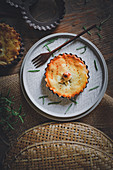 Small pies with minced meat, chilli, raisins and rosemary