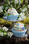 Muffins mit Frischkäsetopping und Weißdornblüten