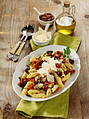 Italienischer Nudelsalat mit Kapern, getrockneten Tomaten und Salzmandeln