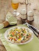 Nudelsalat Hausfrauen-Art mit Mais, Erbsen, Eiern und Bockwurst