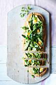 Tarte mit grünem Gemüse und Wachteleiern