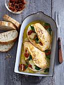 Überbackene Hühnerbrust mit getrockneten Tomaten und Spinat