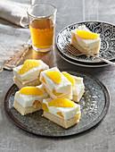 Orangen-Frischkäse-Schnitte und ein Glas Tee