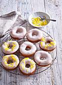 Mohn-Donuts mit Zitronencreme und Zitronenglasur