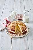 Prager Kuchen in Kuppelform mit Cremefüllung