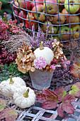 Kleiner Herbststrauß mit Kürbis, Hortensienblüten, Strohblume, Besenheide und Hexengras