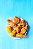 Knusprig frittiertes Hähnchen mit gegrillten Maiskolben
