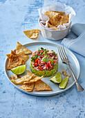 Thunfisch auf Avocadopüree serviert mit Tortillachips