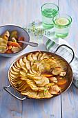 Kalbseintopf mit Karotten und Kartoffelhaube