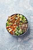 Vegane Buddha Bowl mit Erdnusssauce