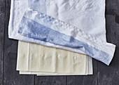 Yufka-Teig mit einem feuchten, sauberen Tuch abdecken