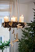 Hängender Adventskranz mit Lebkuchen dekoriert