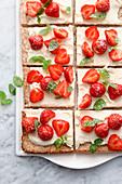 Nuss-Baiserkuchen mit Erdbeeren