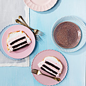 Baked Alaska (Eistorte mit Baiserhaube) in Scheiben auf Tellern