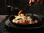 Asiatisches Nudelgericht mit Garnelen