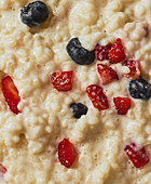 Milchreis mit frischen Beeren (Close-up, bildfüllend)
