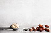 Veganes Dattel-Karamell-Eis und frische Datteln