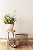 Frühlingsstrauß mit gelben Tulpen auf Holzhocker