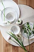 Weiße Blüten und Schalen