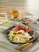 Spitzkohlpfannkuchen mit Rote-Bete-Salat und Kräuterschmand