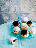 Schokoladen-Donuts mit heller und dunkler Baileys-Glasur