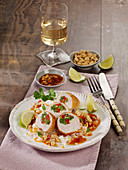 Asiatische Schnitzelröllchen mit Sprossen, Koriander und Paprika