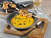 Kürbis-Kokos-Suppe mit Garnelenspießen