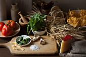 Zutaten für Nudelgericht: Ochsenherz-Tomaten, Basilikum, grüne Oliven und Tagliatelle