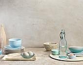 Stillleben mit Tellern, Schalen, Flaschen, Eiern und Salz