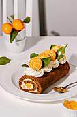 Schokoladenbiskuitroulade mit Vanille-Frischkäsecreme und Mandarinen