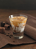 Eiskaffee im Glas, Pralinen und Kaffeebohnen