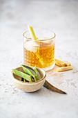 Eistee aus Grüntee, Zitronengras, Aloe Vera und braunem Rohrohrzucker