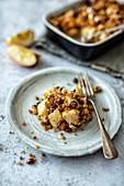 Crumble mit Apfel, Banane und Haselnuss-Haferflocken-Streusel