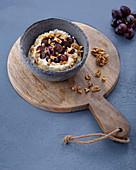 Griechischer Joghurt mit Trauben und Walnüssen