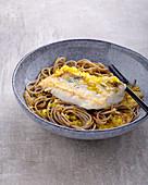 Fisch in Orangen-Safran-Sauce zu Buchweizen-Spaghetti