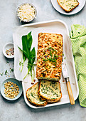 Bärlauch-Kastenkuchen mit Pinienkernen