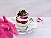 Veganer 'Sahne-Milchreis' mit Vanillekirschen und Ganache