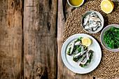 Sardinen in Öl mit Wakame-Algensalat auf Roggenbrot