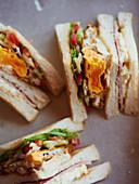 Sandwich-Ecken mit gebratenem Ei, Schinken und Tomaten