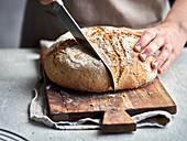 Hausgemachtes Chia-Brot anschneiden