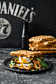 Cheese-Waffle-Burger mit Ei, Schafskäse und Sauce Hollandaise