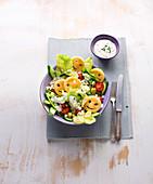 Smiley-Salat mit Kartoffeltalern, Gurke, Tomaten und Feta