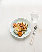 Hähnchen mit Blumenkohlcreme, gebratenen Aprikosen und Oliven