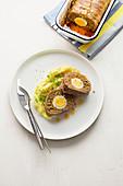'Falscher Hase' (Hackbraten mit Ei) und Kartoffelpüree