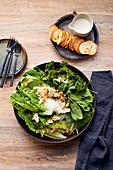 Caesar Salad mit Crispy Kale und Mandelblättchen